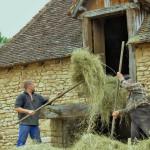 les foins au Village_du_bournat_parc_attractions_dordogne_le_bugue
