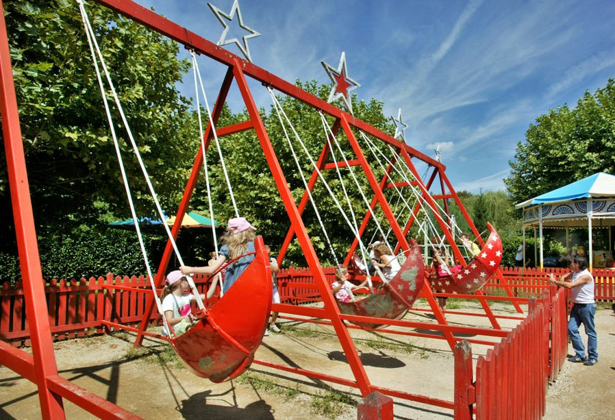 Manège au Village_du_bournat_parc_attractions_dordogne_le_bugue